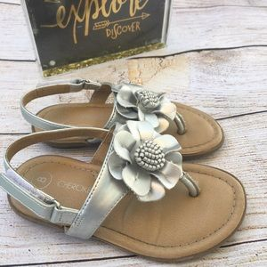 2/$14🎉 Silver flower Cherokee size 8 sandal.